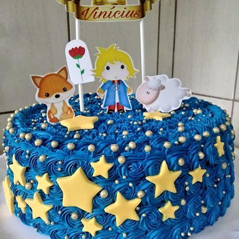 Bolo príncipe azul escuro, com estrelas e desenhos.