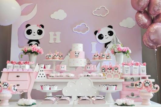 Decoração Festa panda rosa com desenhos de pandas na parede.