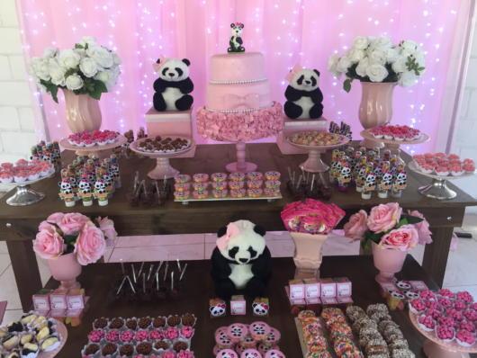 Decoração Festa panda rosa com ursos de panda espalhados.