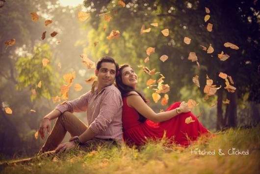 Pré-wedding: criativo com chuva de folhas