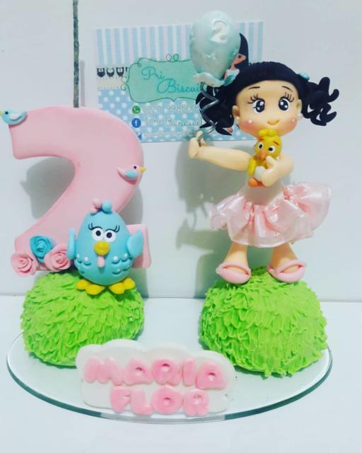 topo de bolo galinha pintadinha com a bonequinha da aniversariante.