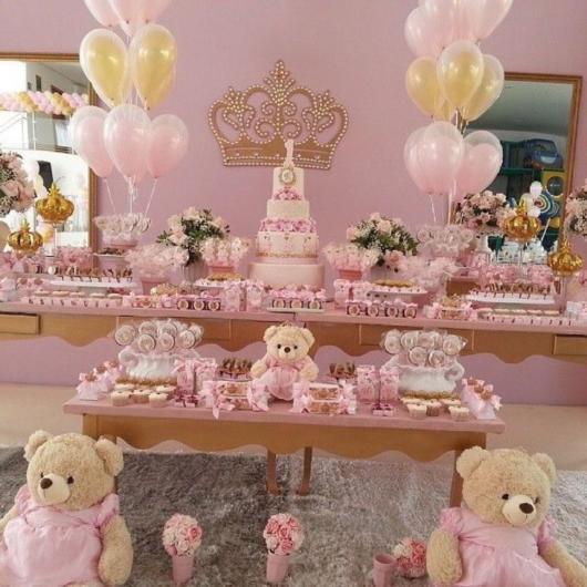 Decoração de chá de bebê princesa com ursinhas de pelúcia.