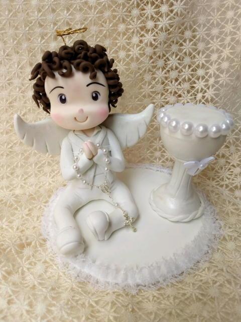 topo de bolo batizado menino sentado rezando