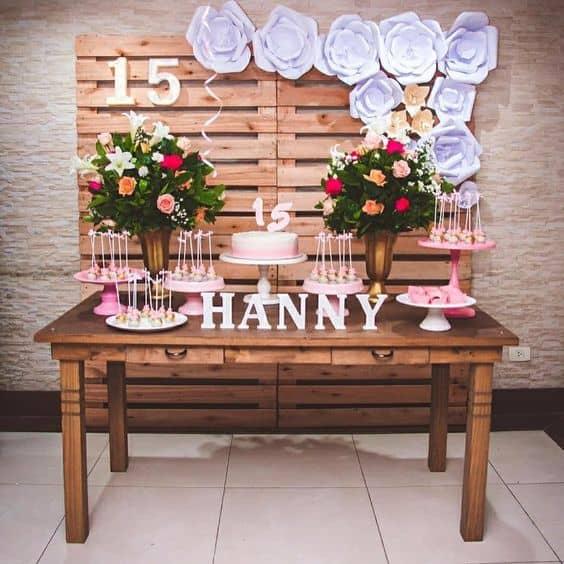 festa de 15 anos simples decorada com flores de papel
