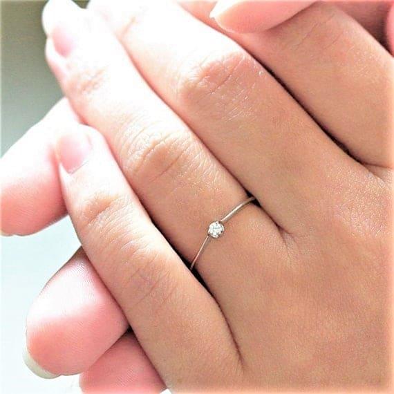 anel delicado com diamante