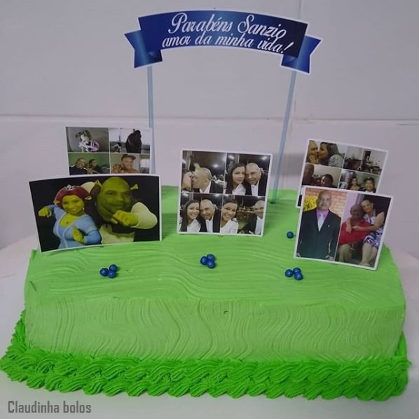 bolo simples com fotografias no topo