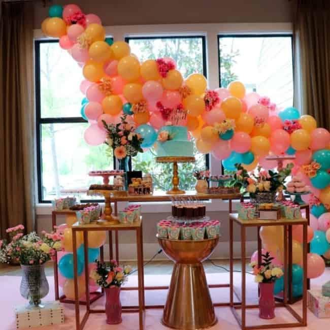 festa com bexigas coloridas