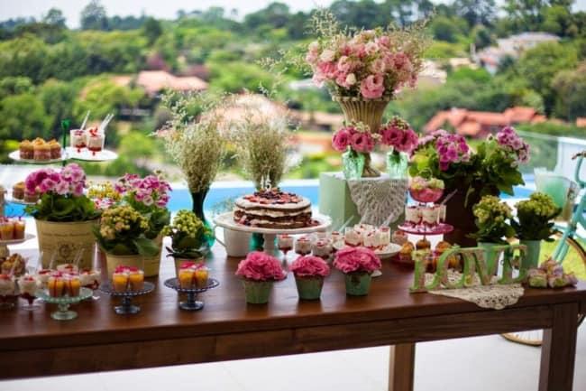 mesa de 15 anos decorada com flores