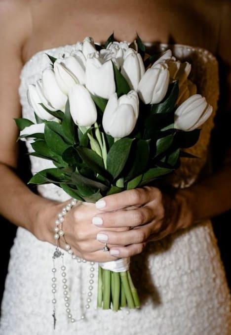 buquê de noiva com flores naturais brancas