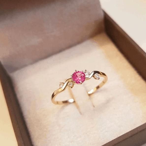 anel com pedra cor de rosa