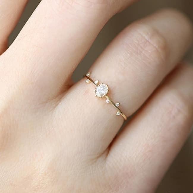 anel delicado com pedra incolor