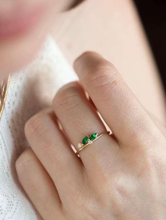 anel de debutante com pedra verde