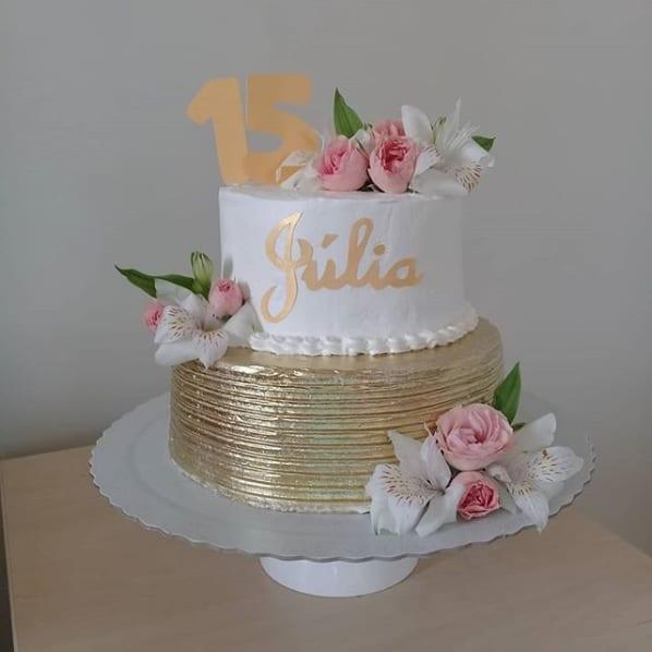 bolo de 15 anos decorado com flores
