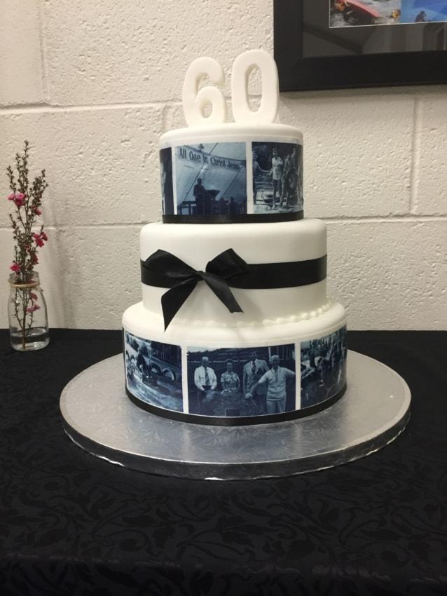 bolo de pasta americana com fotos em preto e branco