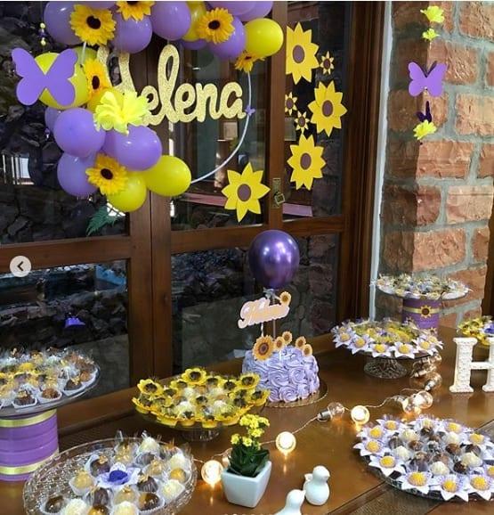 festa infantil decorada com flores de papel