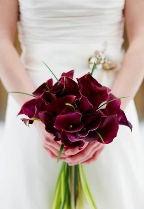 buquê com flores marsala
