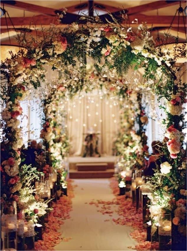 Arcos florais em igreja no casamento