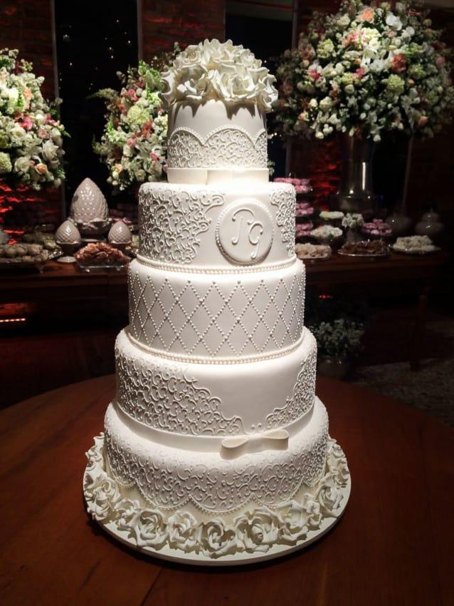 Bolo branco de casamento com flores