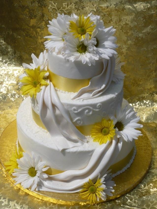 Bolo de casamento com flores de campo
