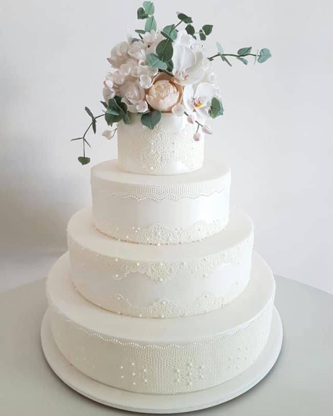 Bolo de casamento elegante com flores no topo