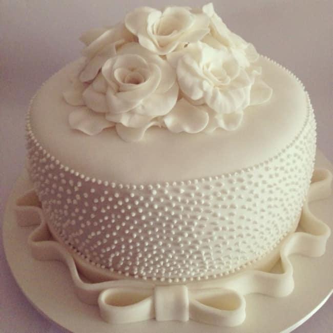 Bolo de casamento simples com flores