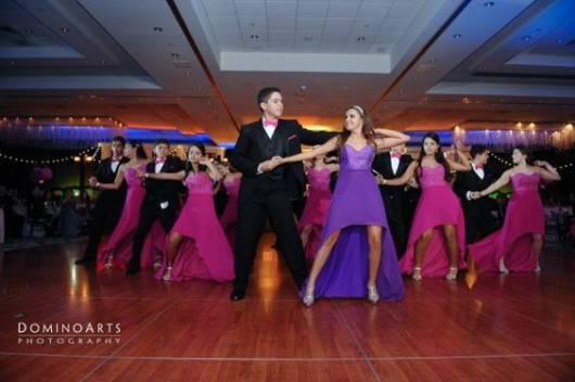 Casal dançando em festa de 15 anos