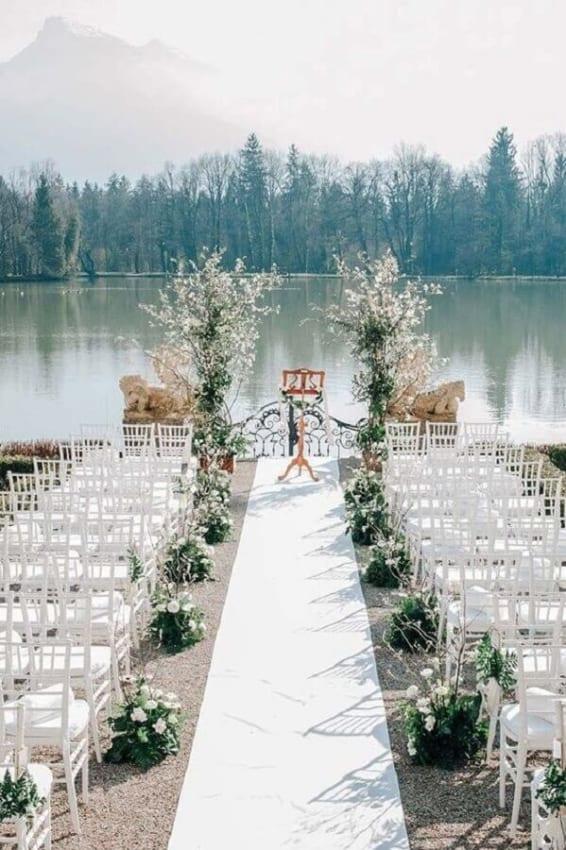 Casamento ao ar livre a beira de um lago