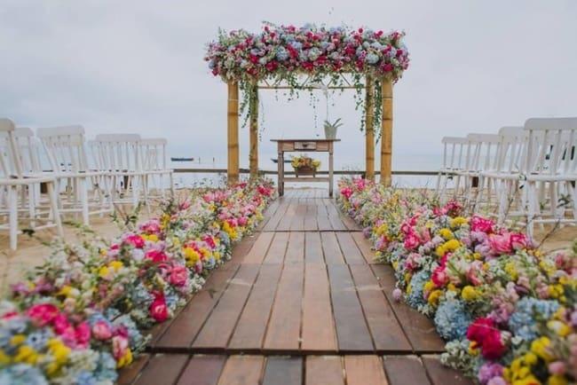 Casamento com flores na praia