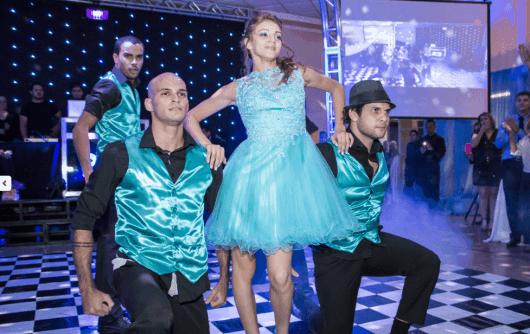 Dançarinos em valsa maluca