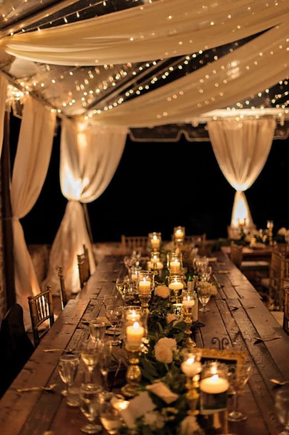 Decoração de casamento rústico à noite com velas