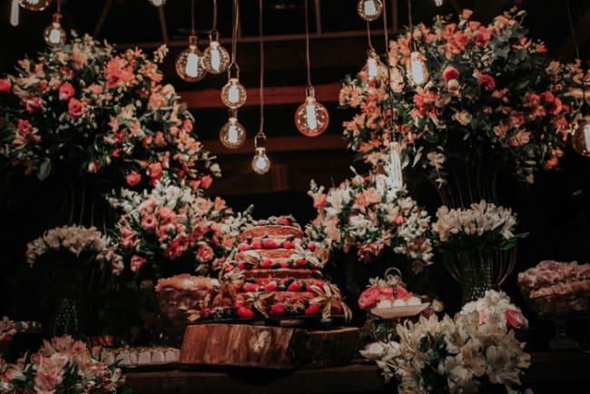Decoração de casamento rústico à noite