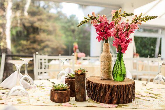 Decoração simples de mesa em casamento rústico