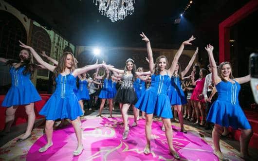 Meninas dançando na valsa maluca