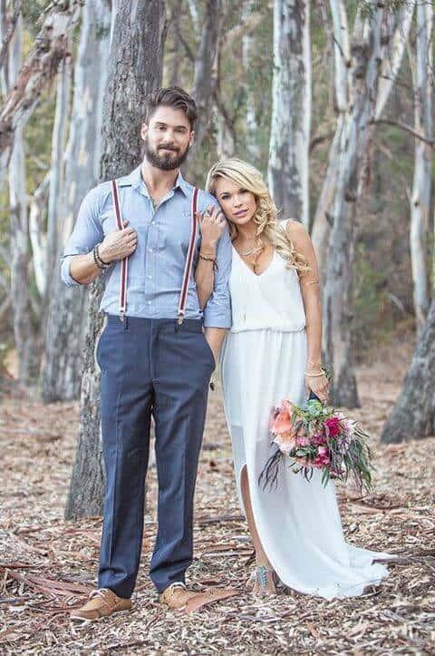 Noivo sem terno em casamento rústico