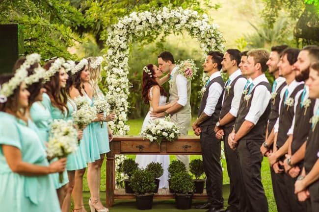 Padrinhos em casamento rústico com gravata azul