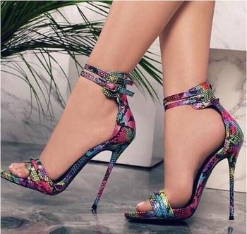 Sandália de salto colorida