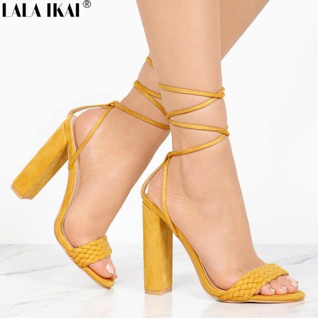 Sapato amarelo com tiras