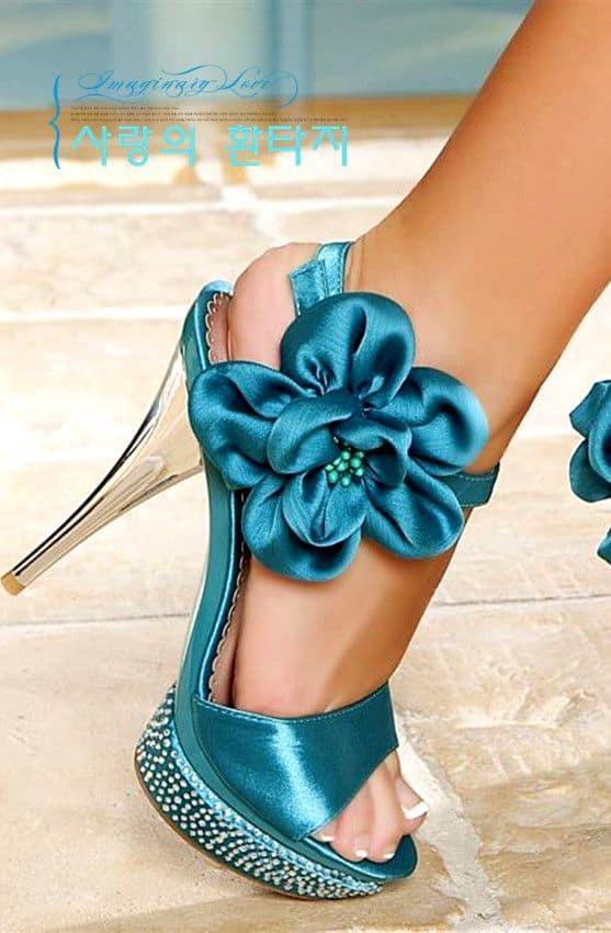 Sapato azul com aplique de flor