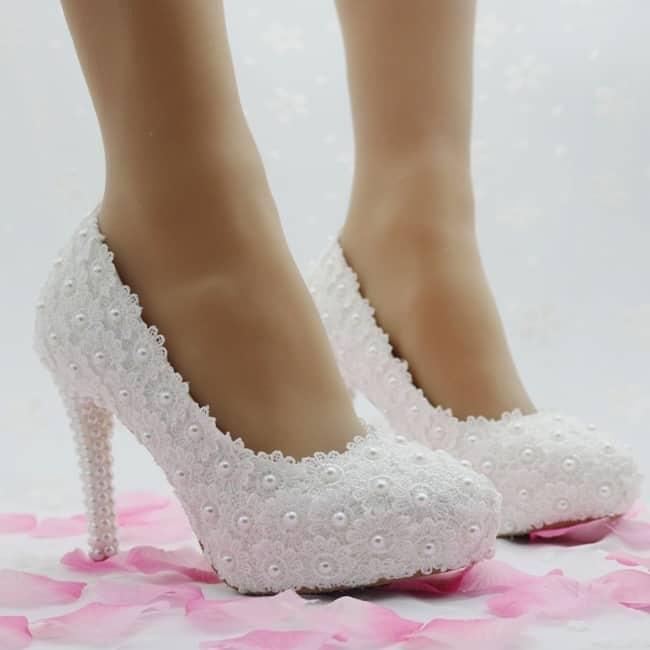 Sapato com pérolas brancas