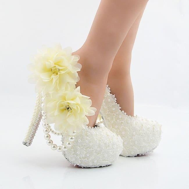 Sapato com renda e flores
