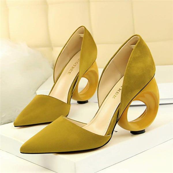 Sapato diferente amarelo