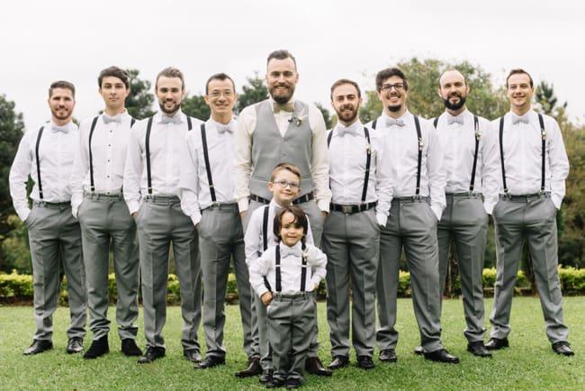Trajes dos padrinhos em casamento rústico