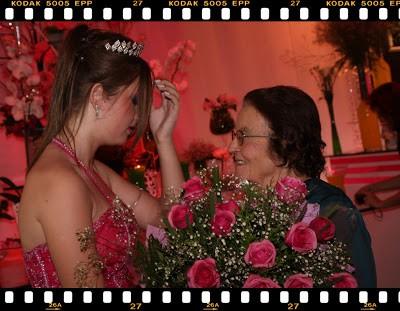 amanda pinheiro entrega de flores em festa de 15 anos evangélica