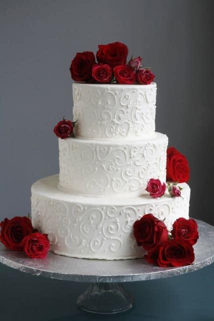 bolo com detalhes em flores vermelhas