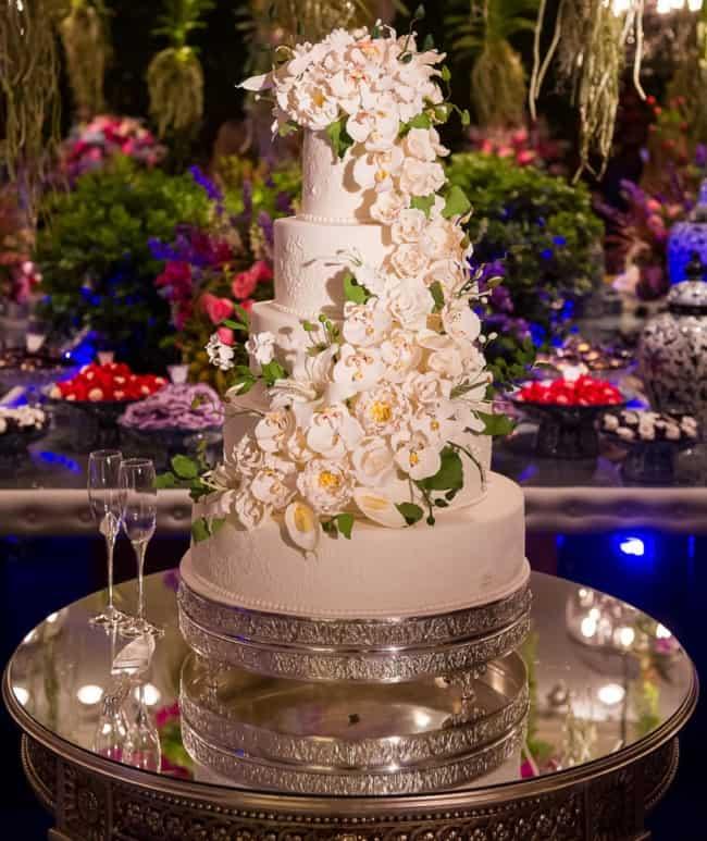 bolo de casamento com flor copo de leite