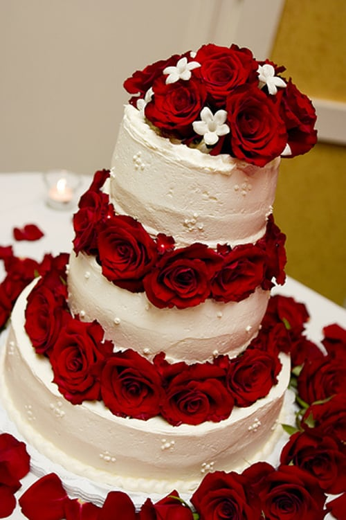 bolo de casamento com rosas vermelhas