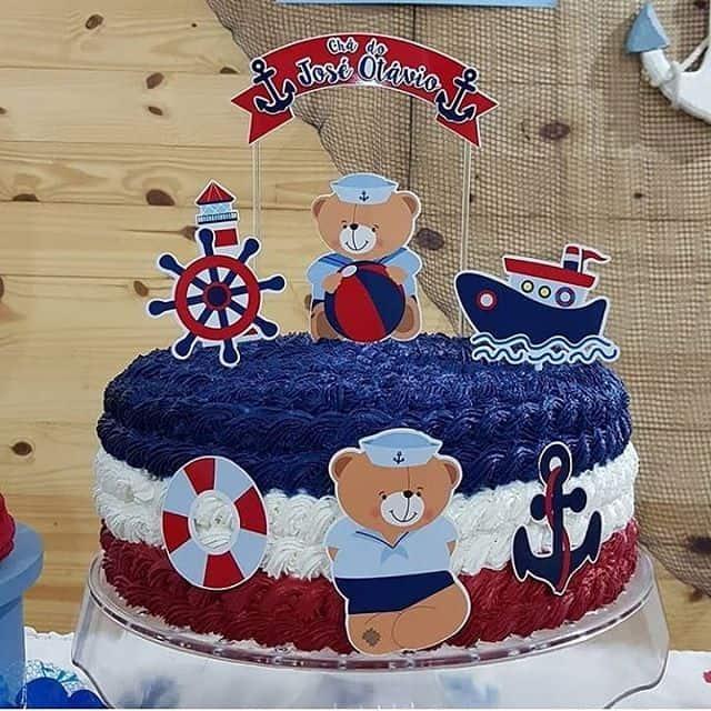 bolo para chá de bebê marinheiro com chantilly azul vermelho e branco