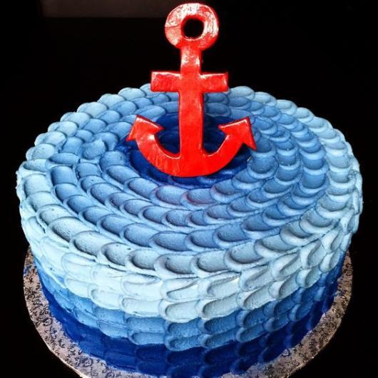 bolo para chá de bebê marinheiro com chantilly azul