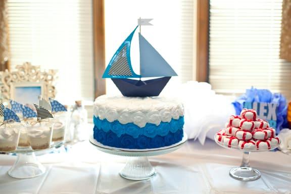 bolo simples com barquinho para chá de bebê marinheiro