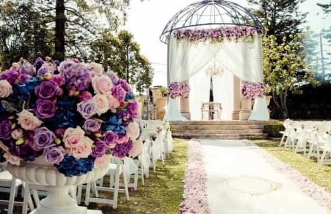 casamento ao ar livre de dia com flores